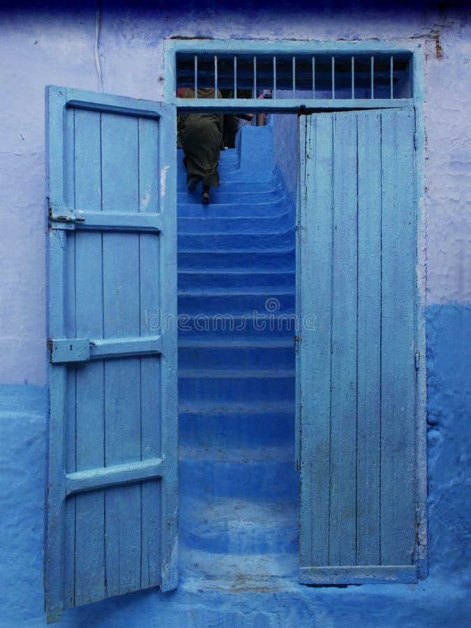 Blaue Tür und Treppe hinten, in Marokko lizenzfreies stockbild