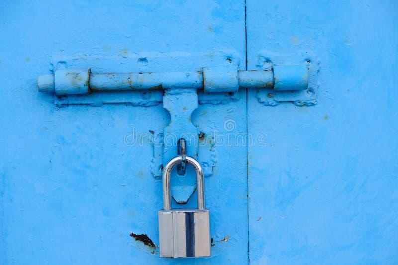Blaue Tür und Verriegelung stockfoto