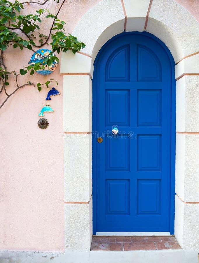 Blaue Tür von griechischen Häusern im Dorf auf der Insel von Kefalonia im ionischen Meer in Griechenland lizenzfreie stockfotos