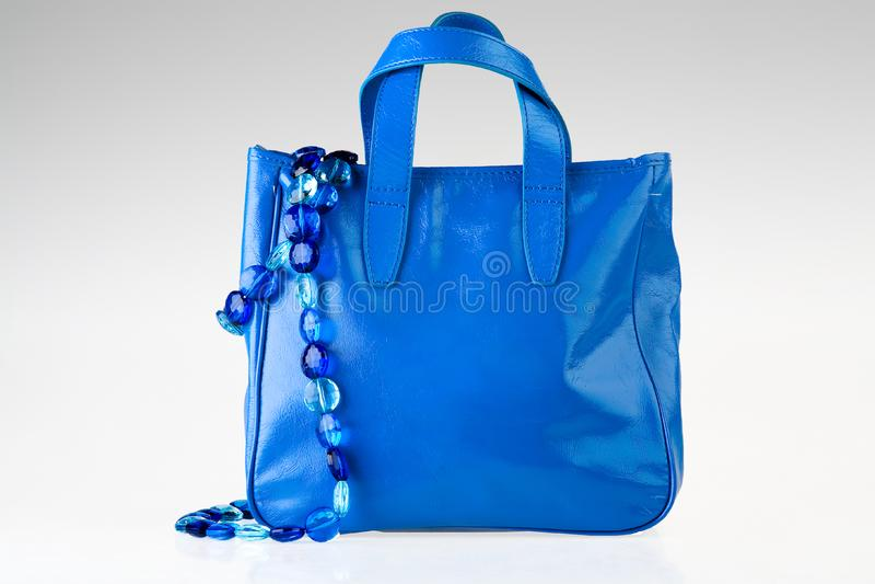 Blaue Tasche und Halskette stockbilder