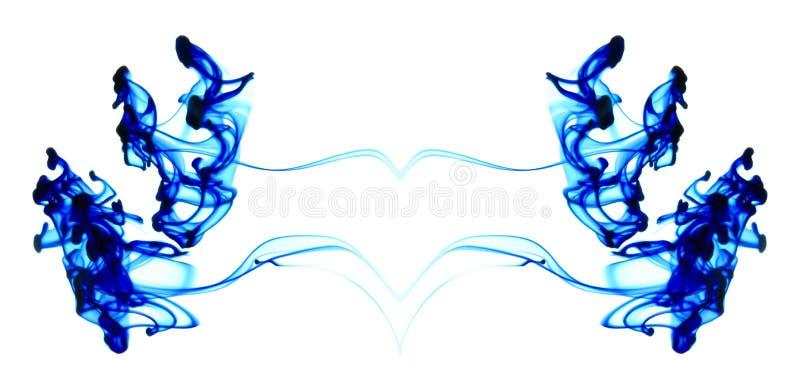 Blaue Tinte, die in Wasser sich bewegt lizenzfreies stockfoto