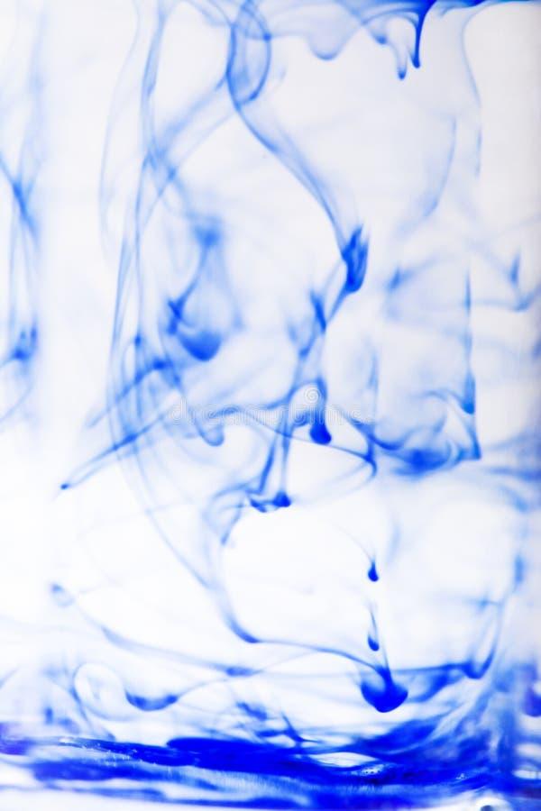 Blaue Tinte im Wasser stockfoto