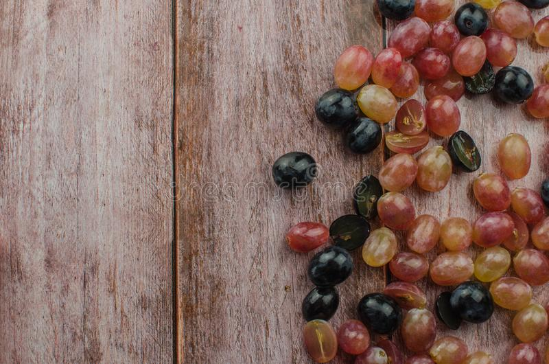 Blaue Trauben mit der grünen Blattgesunden ernährung, lokalisiert stockfotos