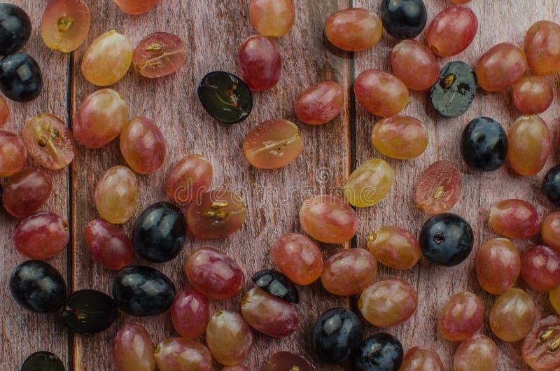 Blaue Trauben mit der grünen Blattgesunden ernährung, lokalisiert lizenzfreies stockbild