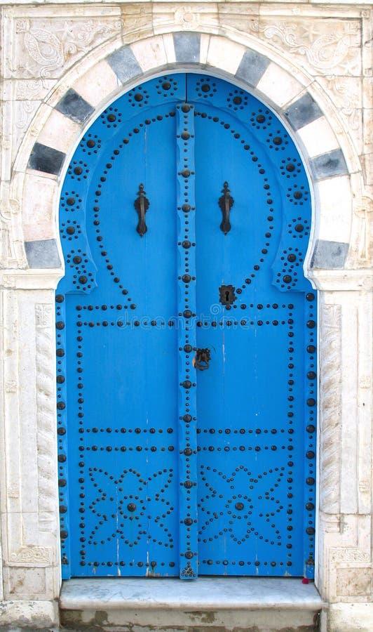 Blaue tunesische Türen stockbilder