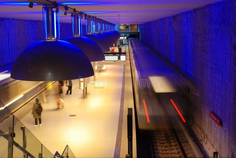 Blaue U-Bahnstation stockfotos