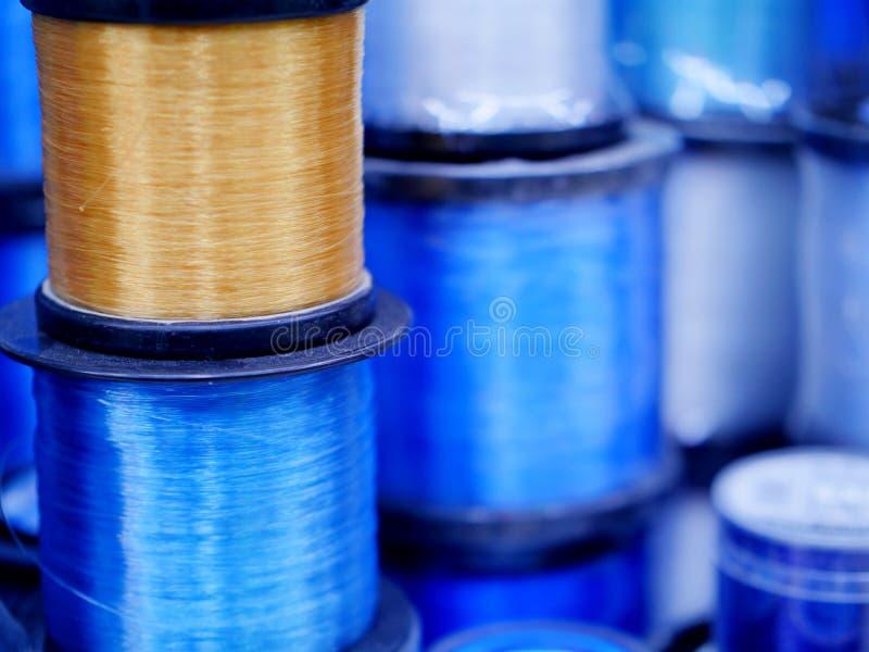 Blaue und gelbe Farbe der Angelschnur für die Fischerei von den Felsen oder vom Boot lizenzfreie stockfotografie