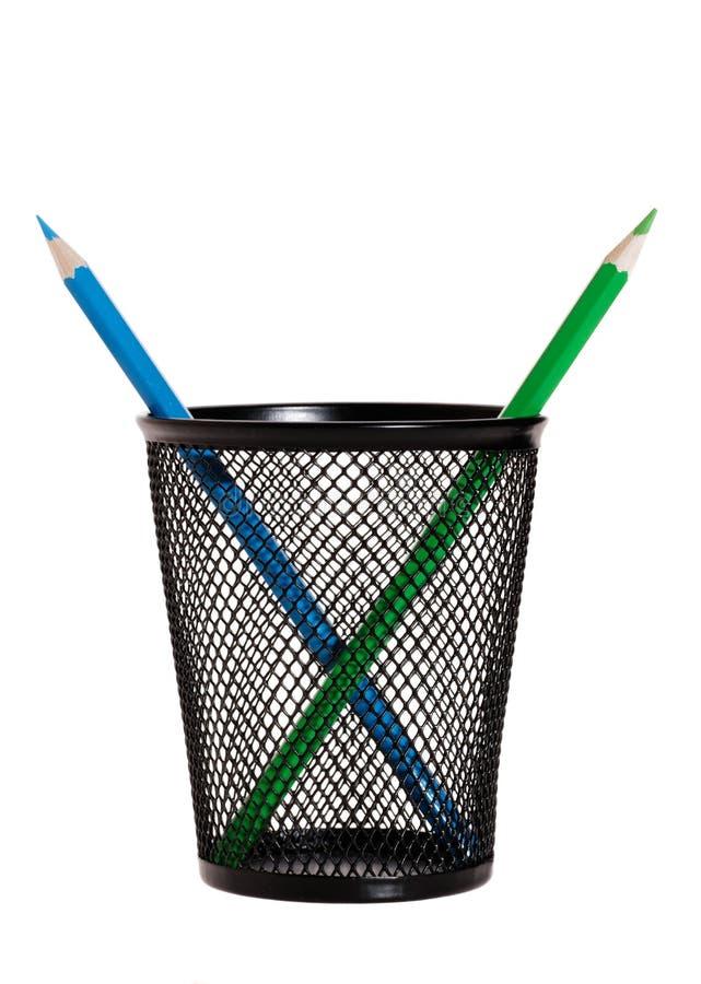 Blaue und grüne Bleistifte in einem Behälter Getrennt auf weißem Hintergrund lizenzfreies stockbild