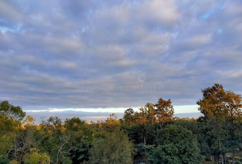 Blaue und graue Kombination aus Himmel stockfoto
