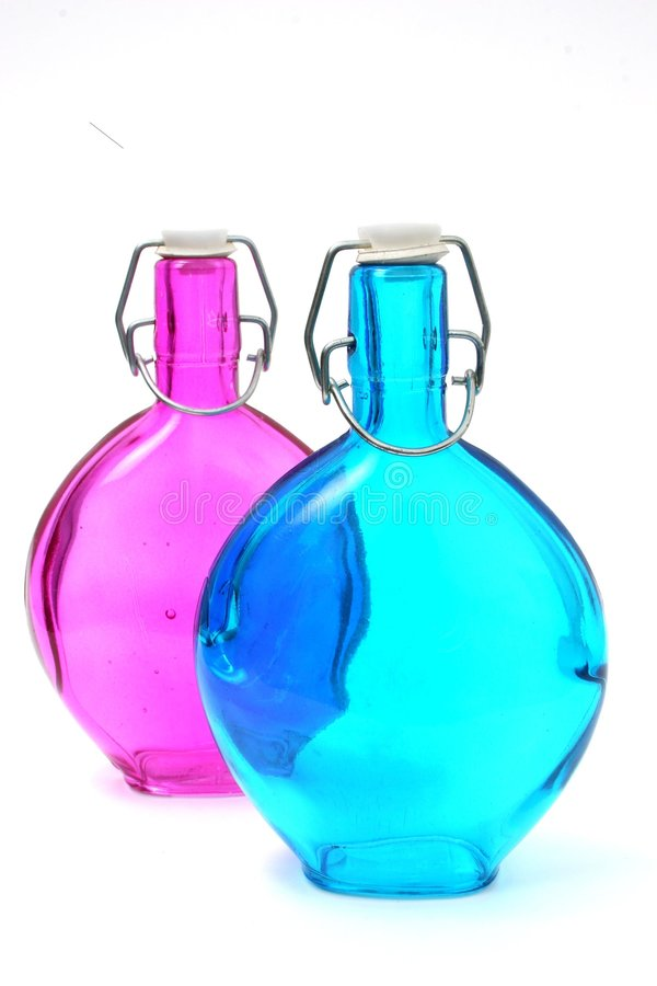 Blaue und rosafarbene antike Flaschen stockfotos