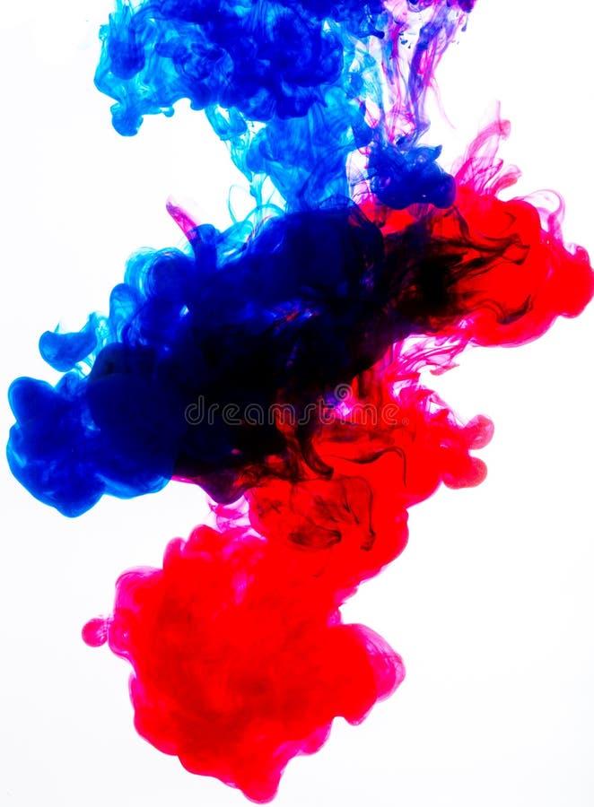 Blaue und rote Acrylfarben im Wasser auf Weiß stock abbildung