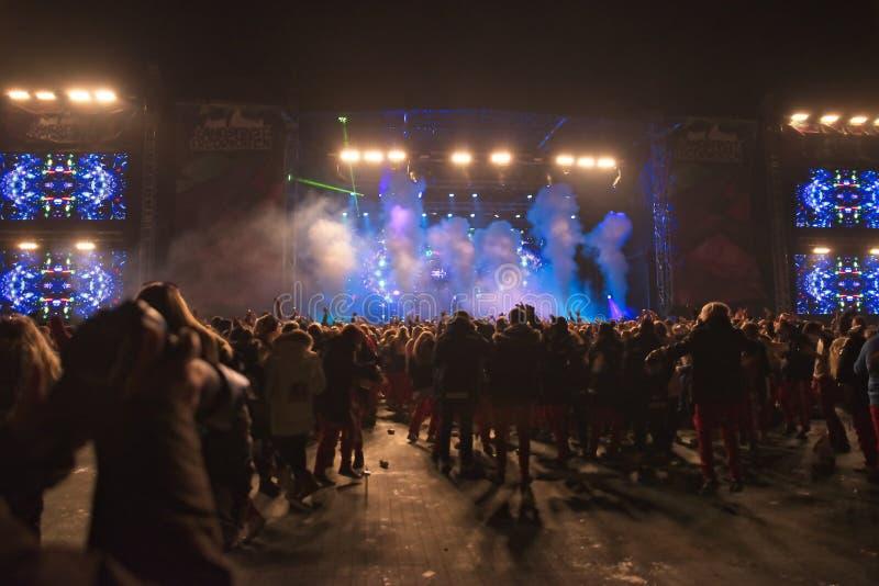 Blaue und rote Russ-Live-Musik-Partei an Fredriksten-Schloss in Halden Norwegen lizenzfreies stockbild