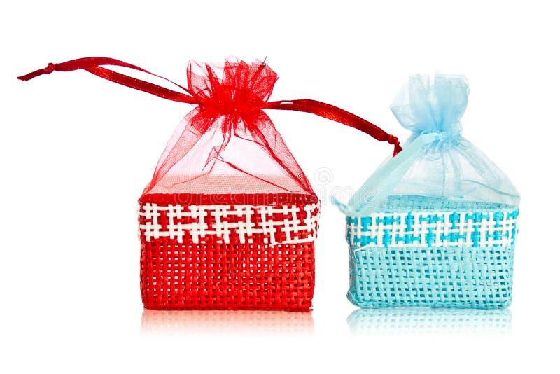 Blaue und rote Strohpapiertüten. lizenzfreies stockbild