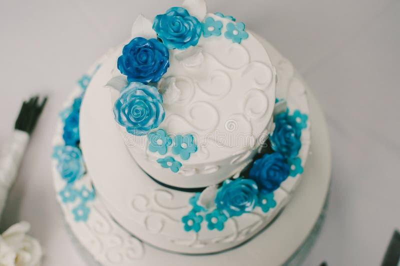 Blaue Und Weiße Blumen-Hochzeitstorte Stockfoto - Bild von blumen ...