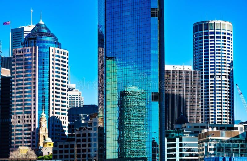 Blaue und weiße im Stadtzentrum gelegene Bürogebäude Sydneys stockbilder