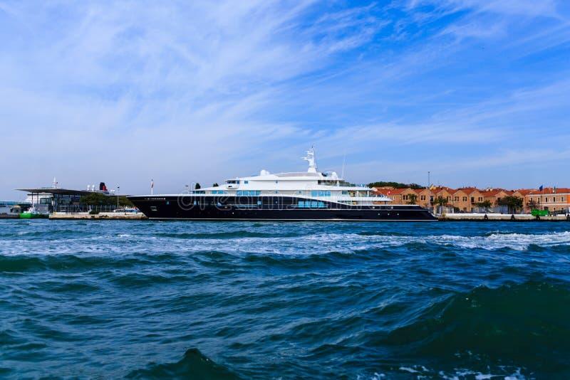 Blaue und weiße Yacht in Venedig stockfotografie