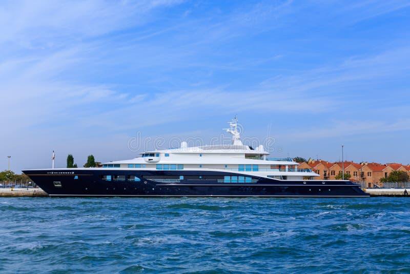 Blaue und weiße Yacht in Venedig-Kanal stockfoto