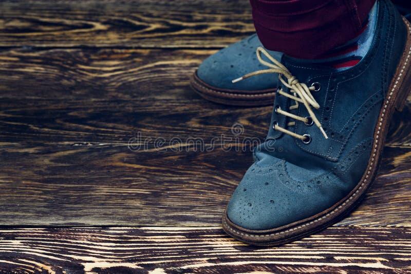 Blaue Veloursleder-Schuhe lizenzfreies stockbild