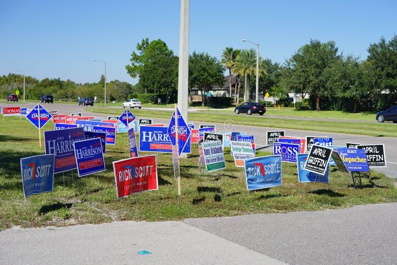 Blaue Wahlabstimmungszeichen entlang der Straße lizenzfreies stockbild