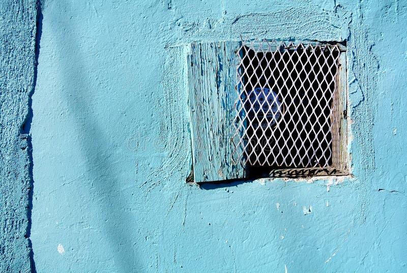 Blaue Wand mit elektrischem teilen aus stockbild