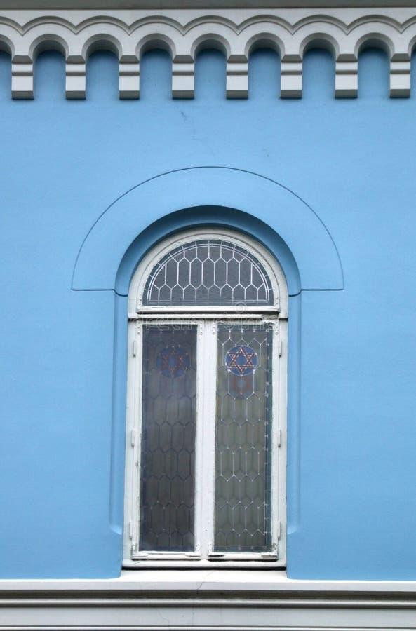 Blaue Wand und ein schönes Fenster lizenzfreie stockbilder