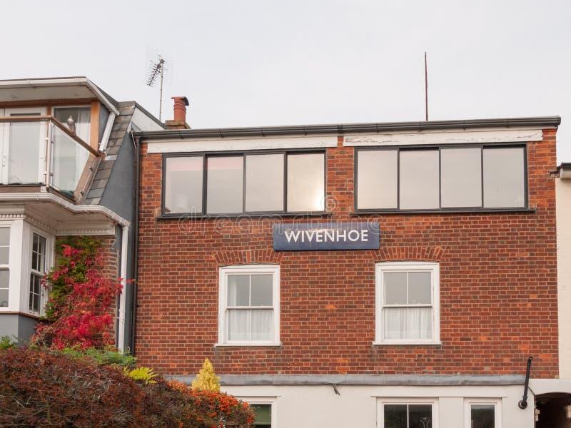 Blaue weiße Beschriftung der Wivenhoe-Stadtzeichenplatte auf Gebäude am qua stockbild