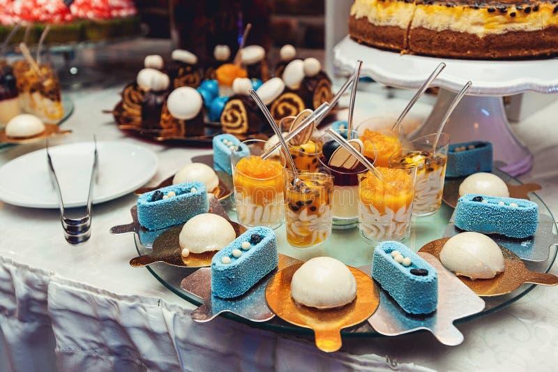 Blaue weiße Bonbons auf vergoldetem Papier auf der Hochzeit candybar stockbild
