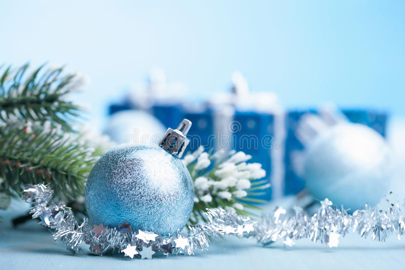 Blaue Weihnachtsgeschenke und -dekoration lizenzfreie stockfotografie