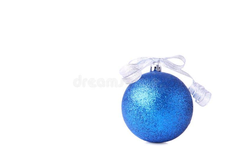 Blaue Weihnachtskugel mit Farbband auf weißem Hintergrund lizenzfreies stockbild