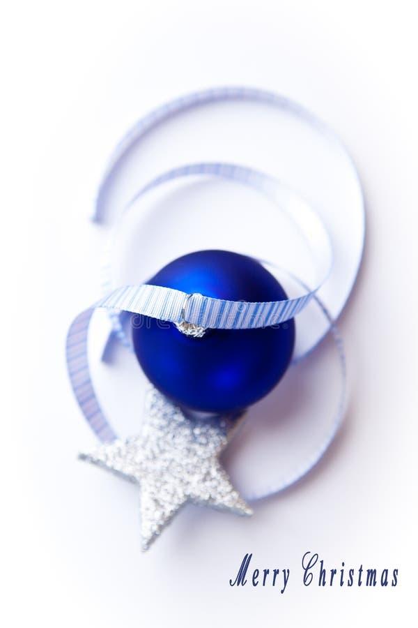 Blaue Weihnachtskugel mit Farbband und satr lizenzfreies stockbild