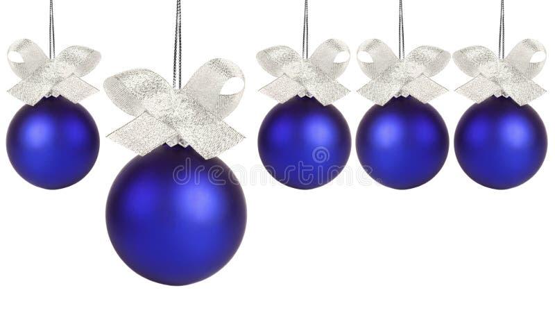 Blaue Weihnachtskugel mit silbernem Farbband lizenzfreie stockbilder