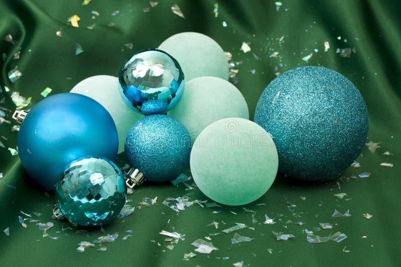Blaue Weihnachtskugeln stockbilder