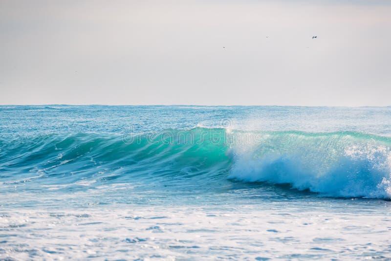Blaue Welle, die im Ozean zusammenstößt Kristallwelle in Bali stockbild