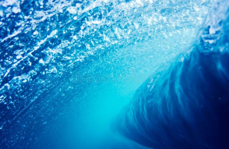 Blaue Wellen-Unterwasserperspektive stockfotografie