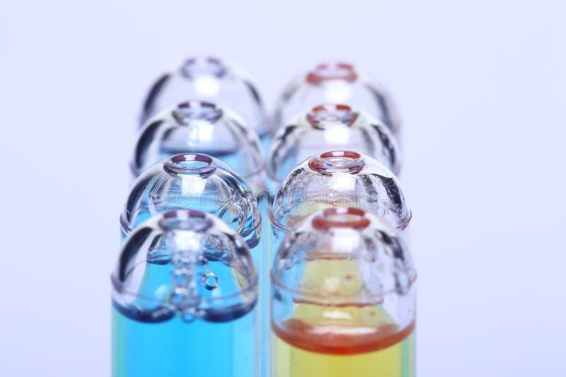 Blaue Yelllow-Flüssigkeit in der Gruppe der roten Kappe des Glasrohrs, Laborversuch auch lizenzfreie stockfotos
