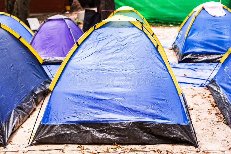 Blaue Zelte auf Campingplatz stockbilder