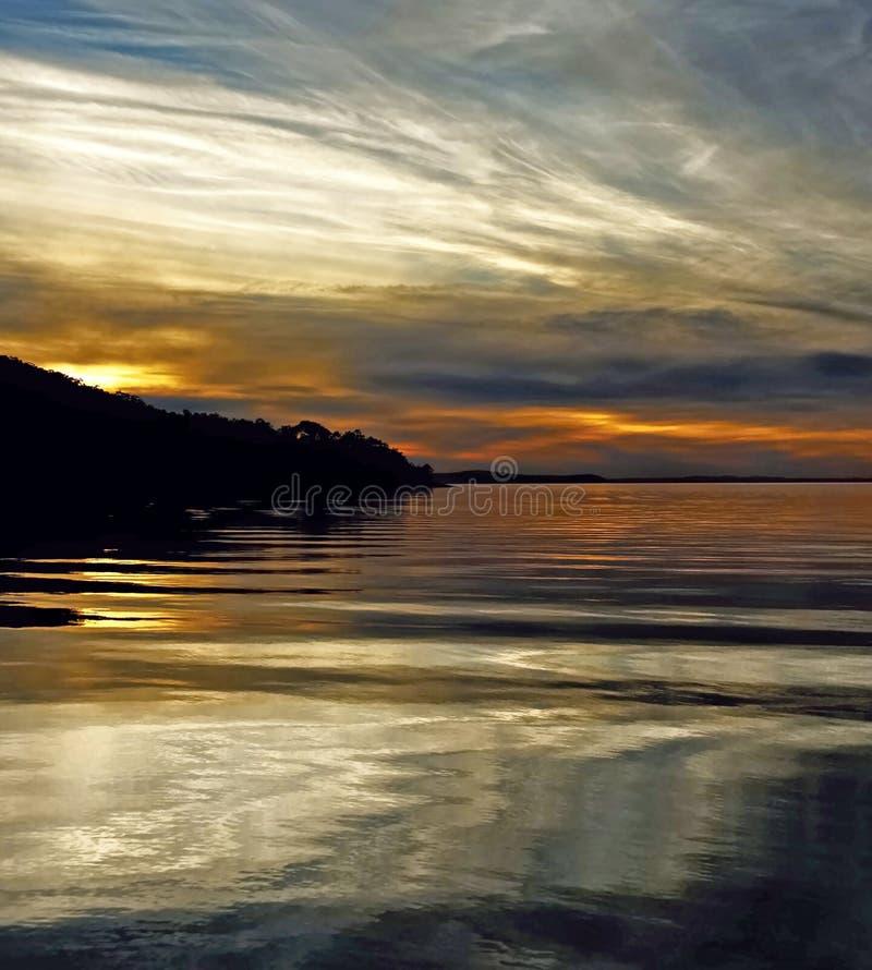 Blaue Zirruswolke, Sonnenuntergang stockbild