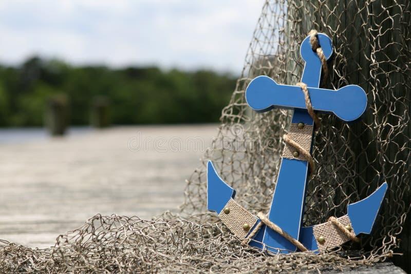 Blauer Anker durch das Dock stockbilder