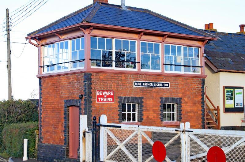 BLAUER ANKER, SOMERSET, ENGLAND - 11. NOVEMBER 2012: Der Signalkasten und die Niveauübergangtore an der blauen Spannstation auf d lizenzfreie stockfotos