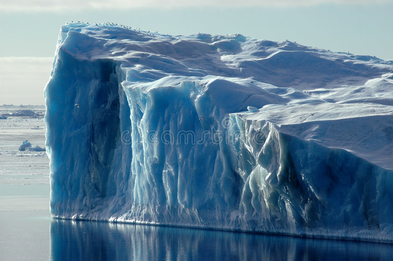 Blauer antarktischer Eisberg stockfotografie