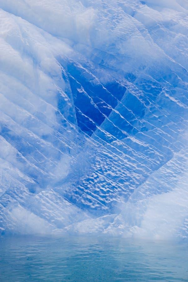 Blauer antarktischer Eisberg lizenzfreies stockbild