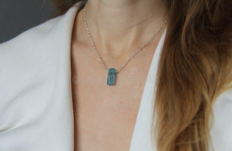 Blauer aquamariner Kristallberyl auf einer Silberkette auf dem M?dchen H?ngender Aquamarin, Anh?nger, Dekoration auf dem Hals Nat stockbild