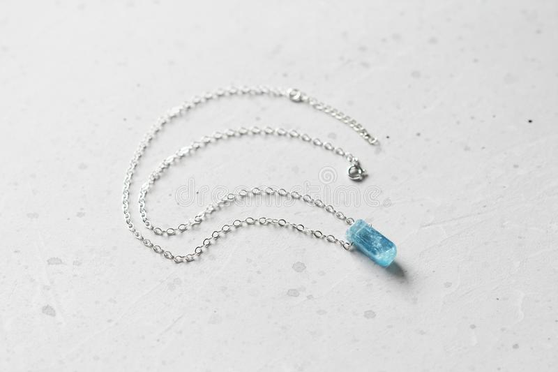 Blauer aquamariner Kristallberyl auf einer Silberkette H?ngender Aquamarin, Anh?nger, Dekoration auf dem Hals Nat?rlicher blauer  stockbild