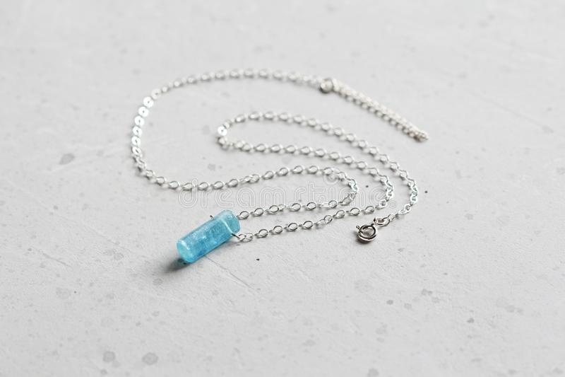 Blauer aquamariner Kristallberyl auf einer Silberkette H?ngender Aquamarin, Anh?nger, Dekoration auf dem Hals Nat?rlicher blauer  lizenzfreies stockfoto