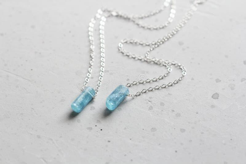 Blauer aquamariner Kristallberyl auf einer Silberkette H?ngender Aquamarin, Anh?nger, Dekoration auf dem Hals Nat?rlicher blauer  stockbilder