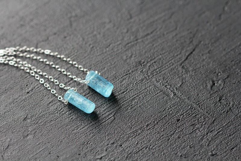 Blauer aquamariner Kristallberyl auf einer Silberkette H?ngender Aquamarin, Anh?nger, Dekoration auf dem Hals Nat?rlicher blauer  stockfotos