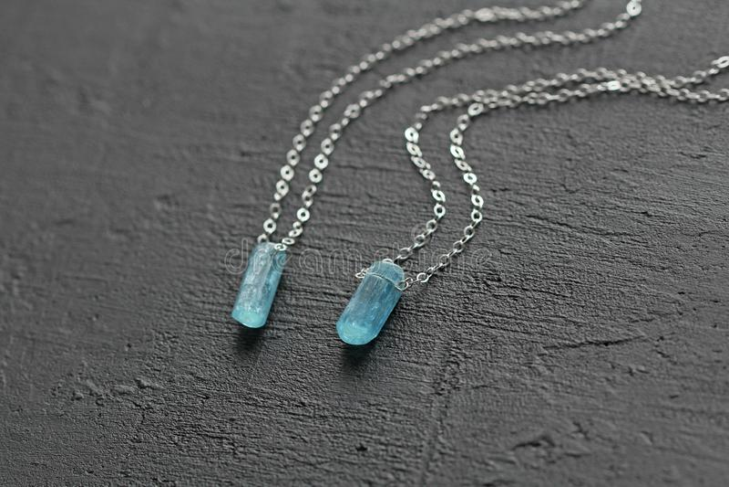 Blauer aquamariner Kristallberyl auf einer Silberkette H?ngender Aquamarin, Anh?nger, Dekoration auf dem Hals Nat?rlicher blauer  lizenzfreie stockfotos