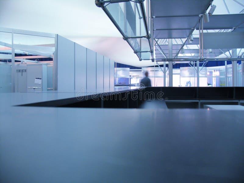Blauer Ausstellunginfo-Schreibtisch lizenzfreies stockfoto
