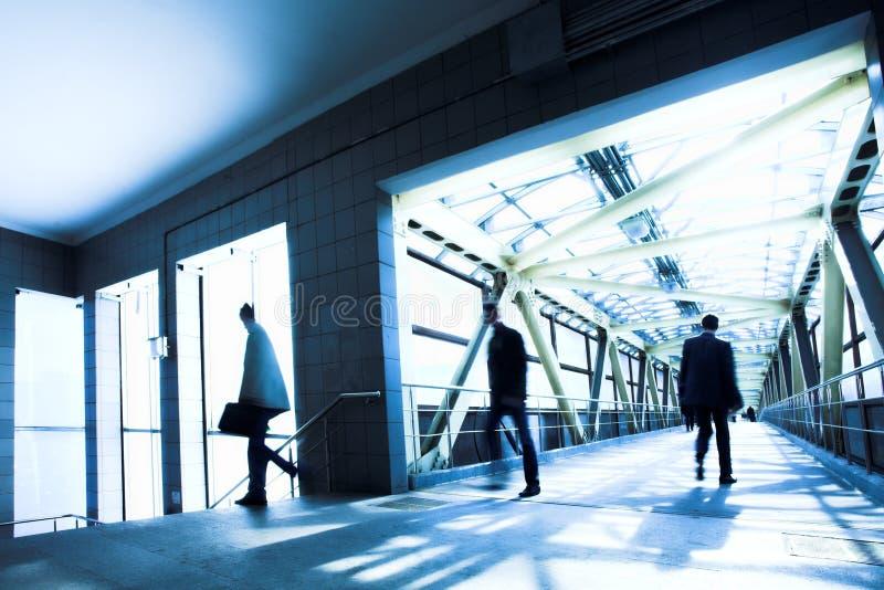 Blauer Büroflur, mooving Leute stockbild