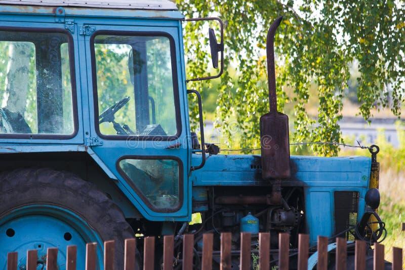 Blauer Bauernhoftraktor lizenzfreies stockbild